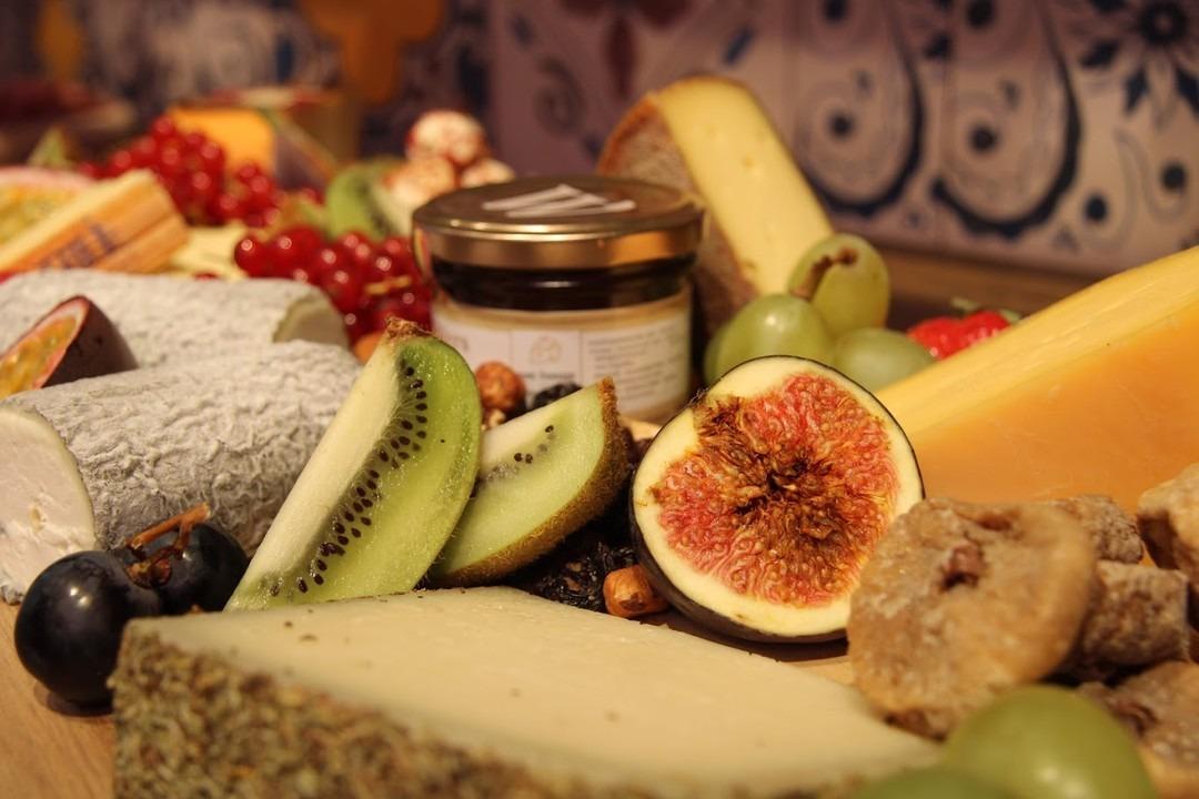 Onze Delisse kaasschotel met fruit (vers en gedroogd) en noten. - Bakeronline